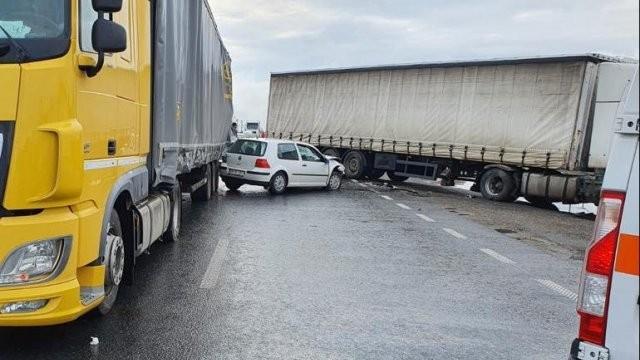 Accident cu două autocamioane și un autoturism, pe DN7, la Vladimirescu