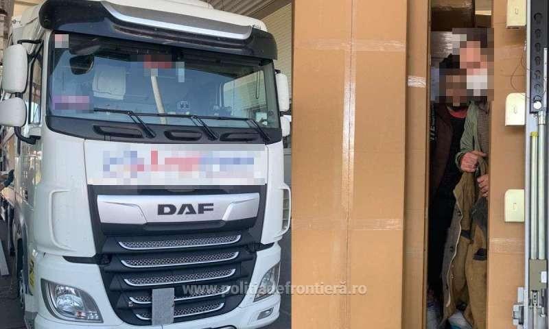 Zece migranţi au fost depistaţi ascunşi în camioane cu mărfuri, la graniţa cu Ungaria
