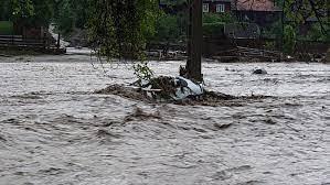 Inundaţii în 29 de localităţi din 12 judeţe; un bărbat a fost găsit mort în albia unui pârâu