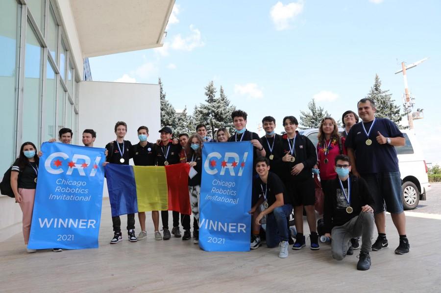 Echipa României care a câştigat locul 1 la Campionatul Mondial de Robotică de la Chicago a ajuns în țară