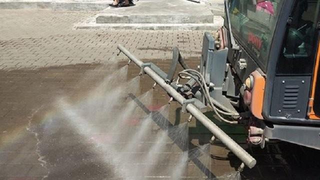 Primăria Municipiului Arad continuă activitatea integrată de spălare cu detergent ecologic profesional a străzilor și trotuarelor din oraș