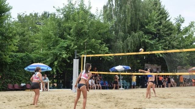 Săptămâna voleiului de plajă la Arad. Fan Tour Open și Cupa României, două evenimente în care se anunță show la fileu