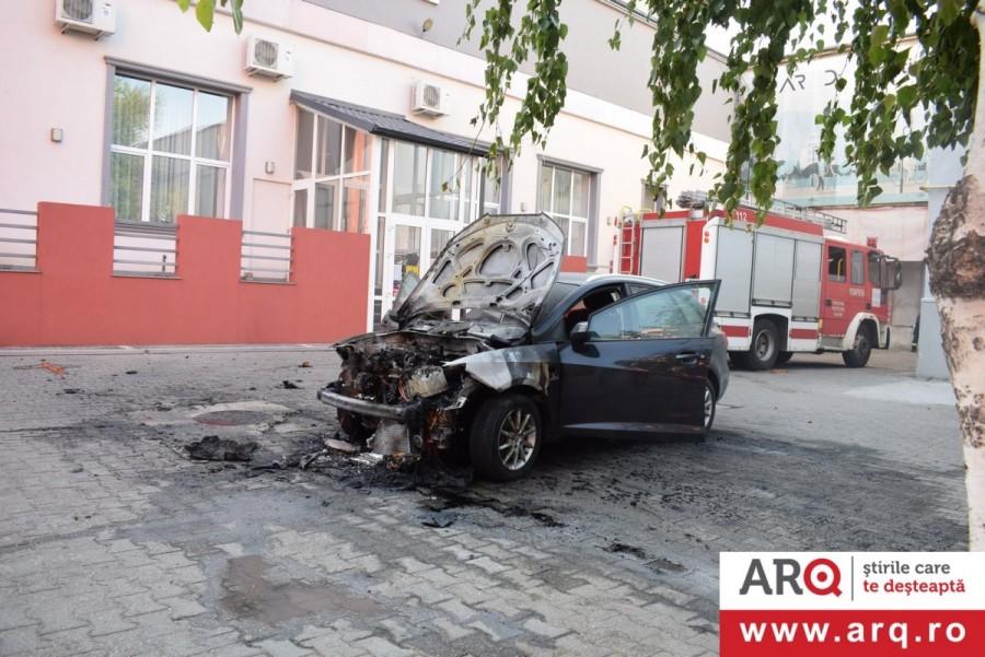 Piromanul lovește din nou?! Un SEAT a luat foc la Piața UTA!