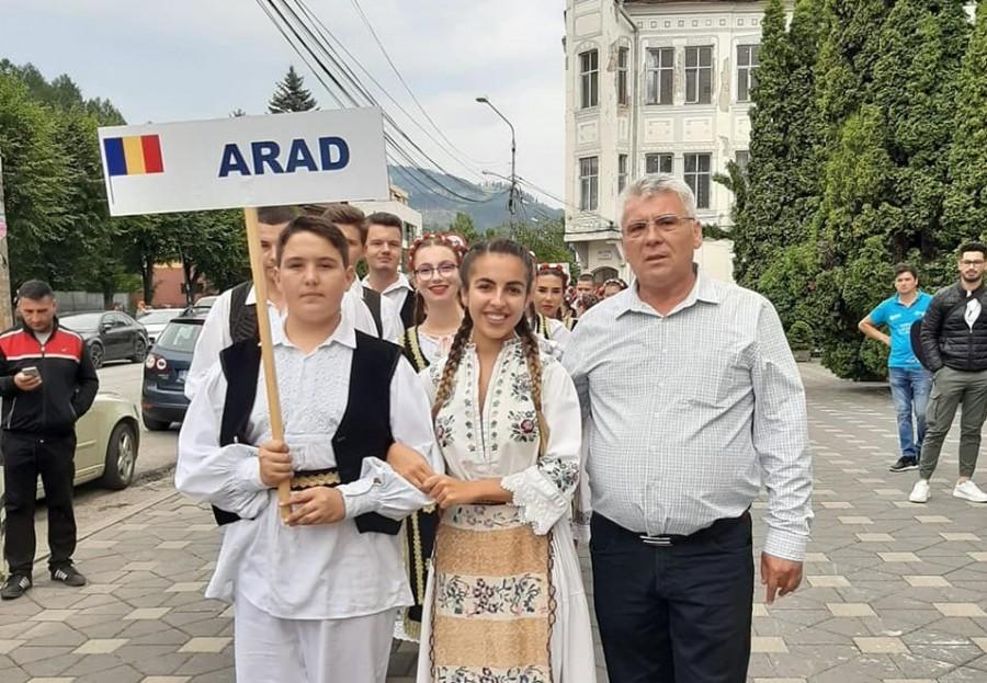 """Ansamblul folcloric """"Zărandul"""" Arad participă la Festivalul Național al Ansamblurilor Folclorice ale Copiilor și Tinerilor """"Dorna, plai de joc și cântec"""""""
