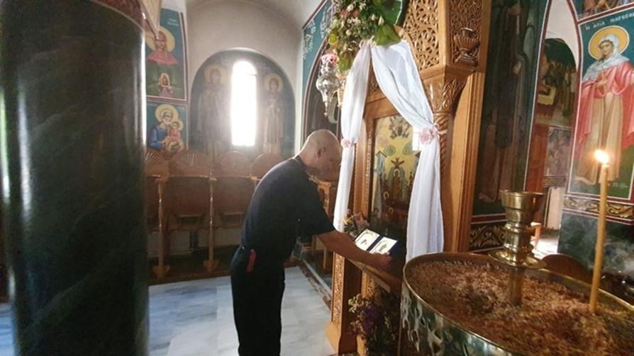"""Pompierii români au dăruit două icoane Mănăstirii """"Sf. Ilie"""" din Grecia pe care au salvat-o din flăcări"""