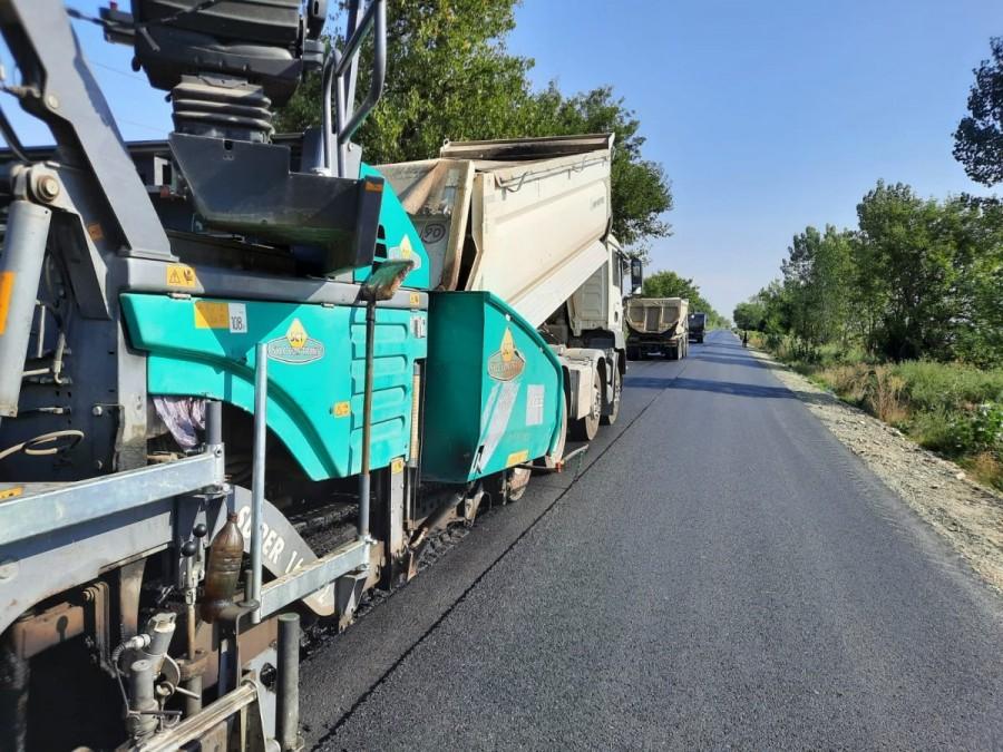Pe drumul Arad-Şiria-Pâncota se toarnă stratul de uzură; când s-ar putea circula pe un asfalt nou pe ruta Arad-Pâncota