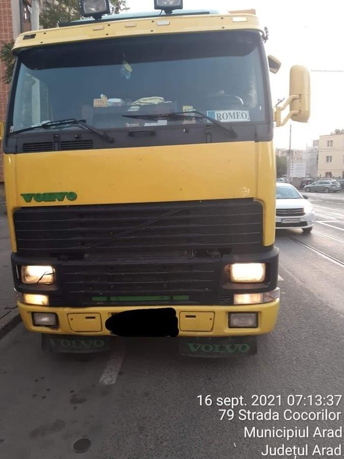 Ce fac unii transportatori în încercarea de a FENTA autorităţile atunci când sunt prinşi fără autorizaţie cu camioanele prin oraş