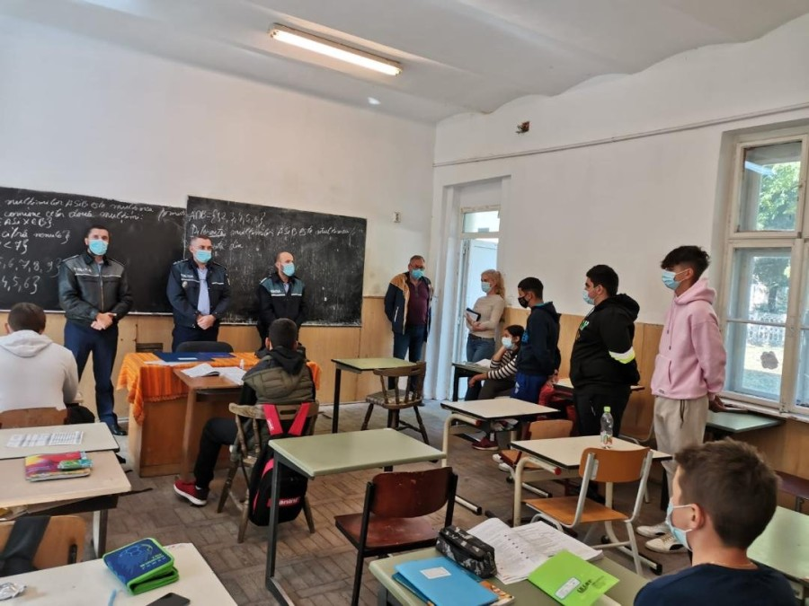 """Acțiune educativă a polițiștilor la Liceul """"Atanasie Marienescu"""" din Lipova (FOTO)"""