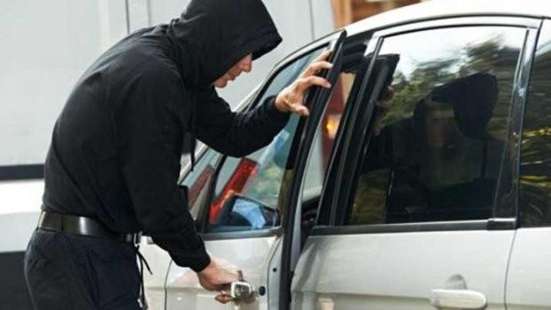 A furat bani, carduri și acte dintr-un autoturism lăsat neasigurat