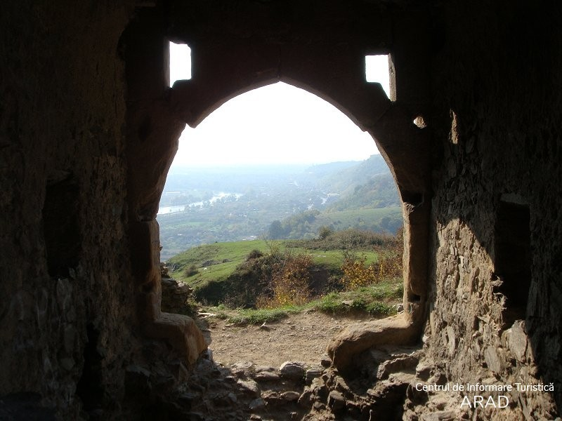 """Cetatea Șoimoș, dealul """"Cioaca Tăutului"""", cartier Şoimoş, oraşul Lipova"""